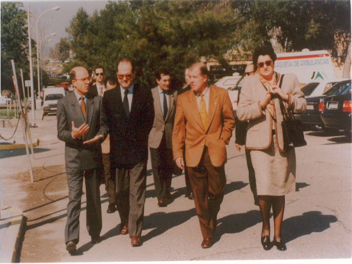 Visita del presidente de la Junta de Andalucía, Manuel Chaves y del consejero de salud. 1995