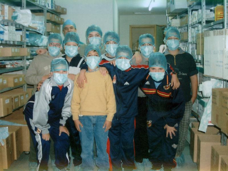 Visita escolar en el almacen de quirofanos. 2001