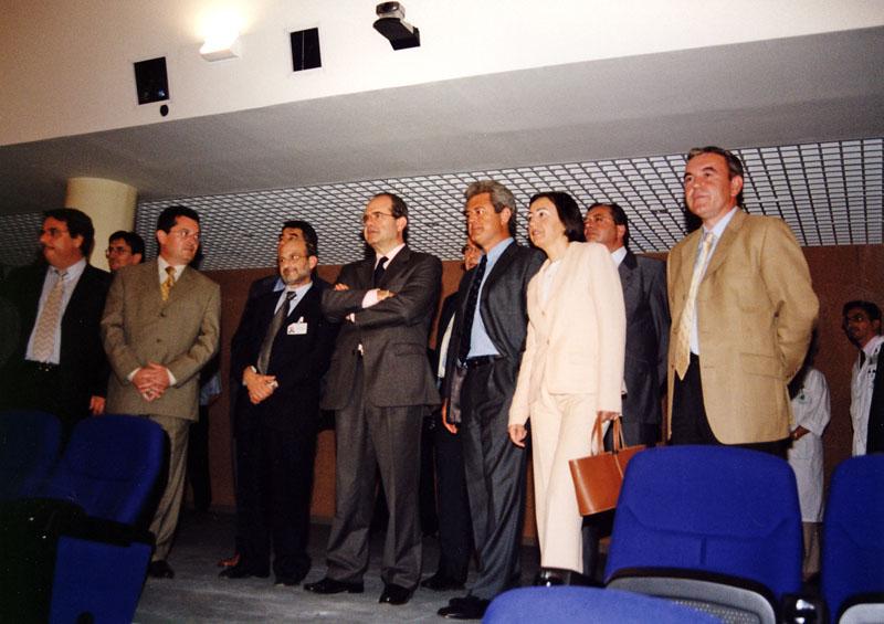 Visita institucional al salón de actos del hospital. 2002