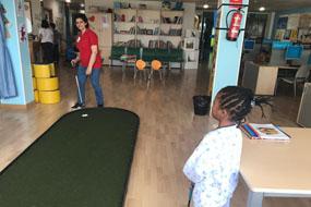 Voluntarios animan la estancia de los menores hospitalizados